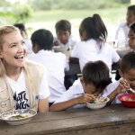 KATE HUDSON EATING WITH CAMBODIAN CHILDREN